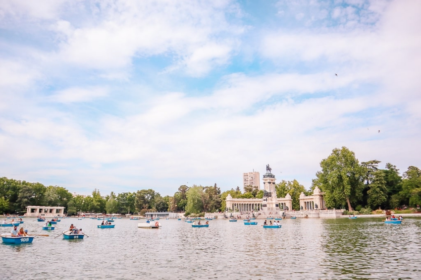 balade en barques sur le grand bassin du retiro a madrid