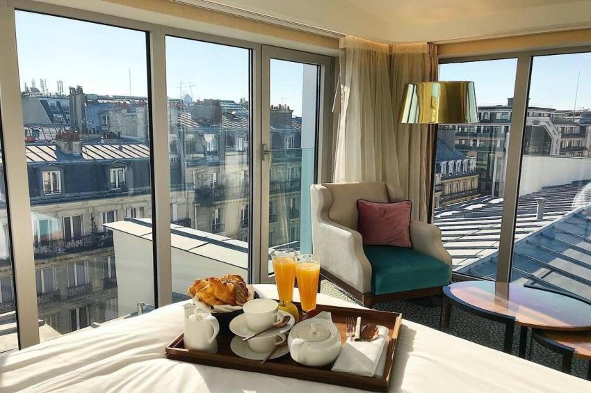 chambre dhotel avec petit dejeuner et vue sur paris