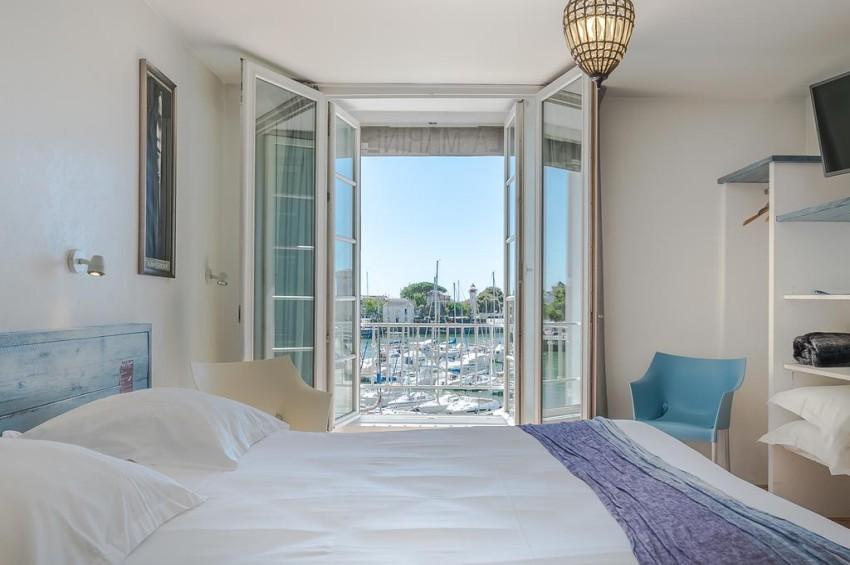 chambre dhotel avec vue sur le vieux port de la rochelle