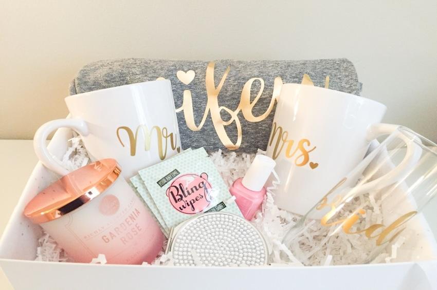 coffret cadeaux pour une future mariee avec tasses bougies et vetements