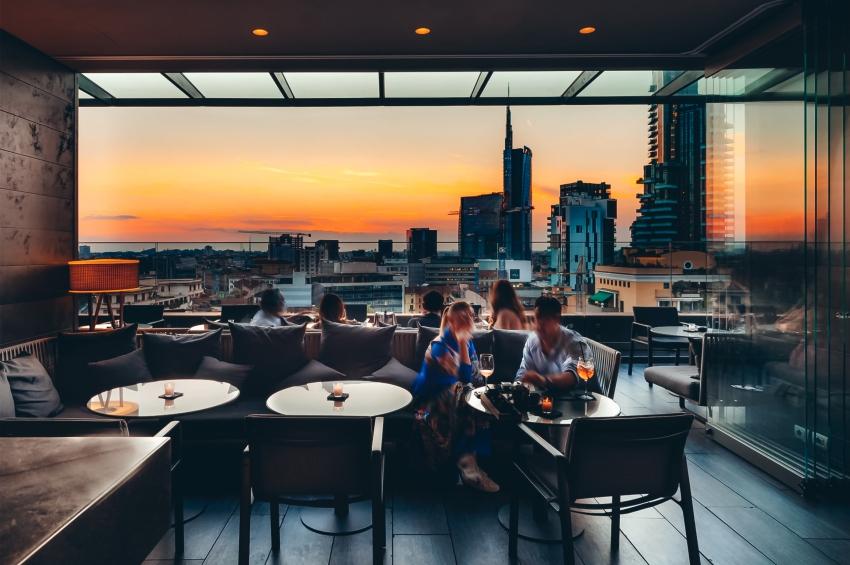 couche de soleil depuis un rooftop dans la ville de milan