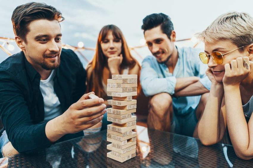 groupe damis jouant a un jeu de construction sur une terrasse