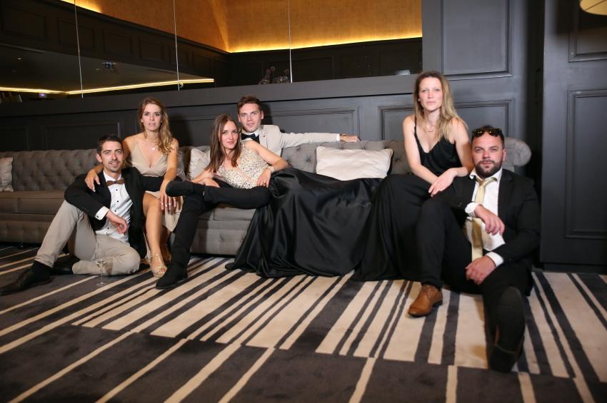 groupe damis posant pour un shooting photo evjf dans une chambre dhotel