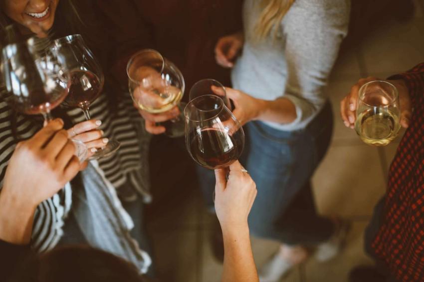 groupe damis qui boit du vin
