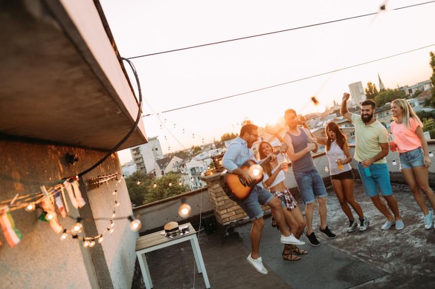 groupe damis qui fait la fete sur un toit