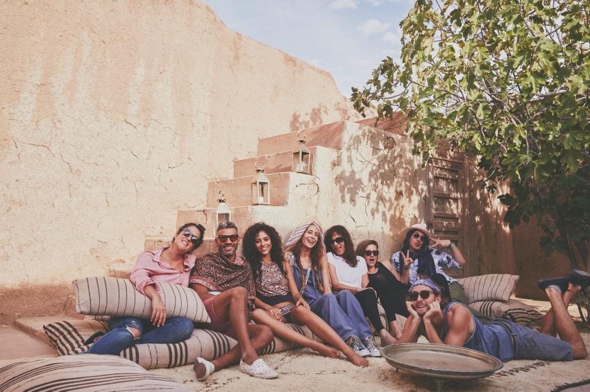 groupe damis qui pose pour une photo en exterieur a marrakech