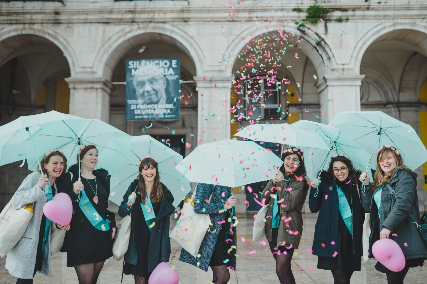 groupe de jeunes filles avec des parapluies et des ballons en forme de coeur et confettis