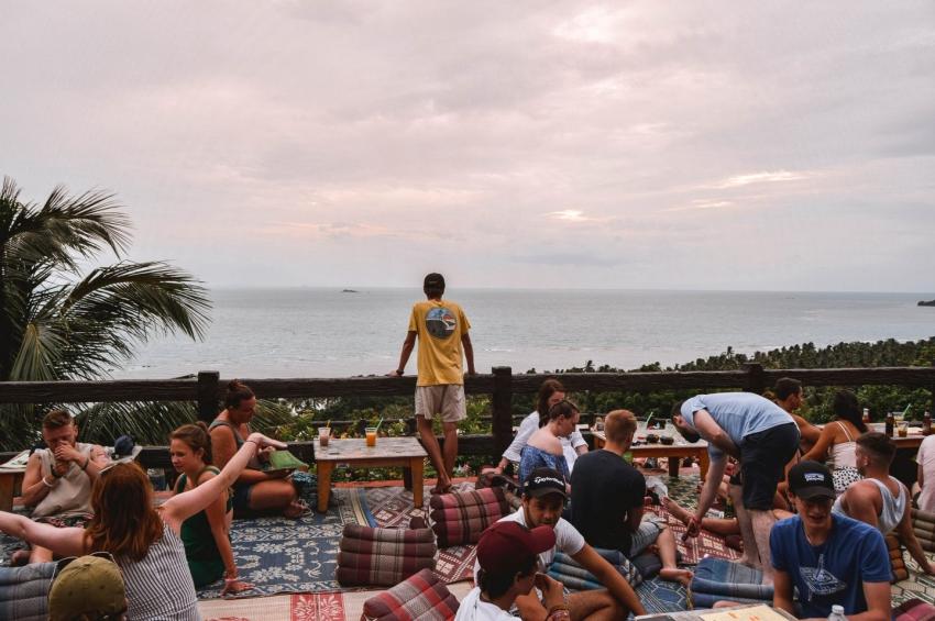 groupes damis buvant un verre sur un rooftop devant la mer a amsterdam