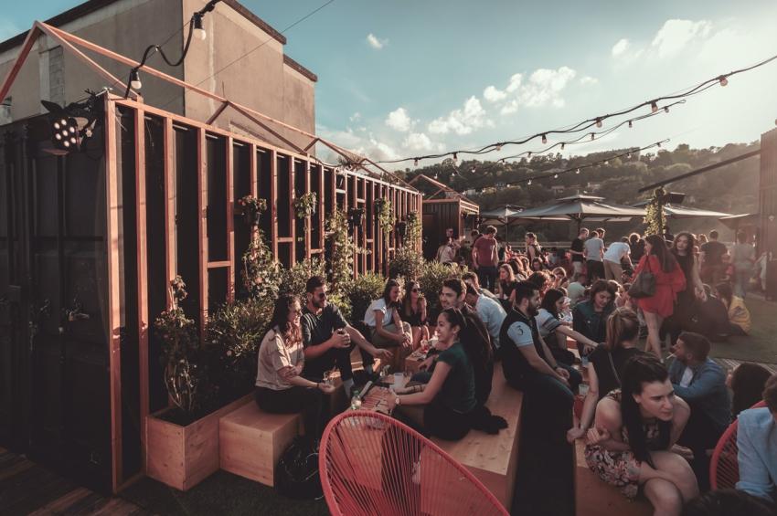 groupes damis en train de boire un verre sur le rooftop le sucre a lyon