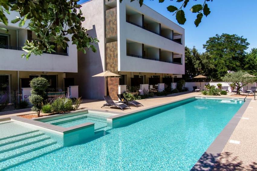 hotel avec piscine et transats a montpellier