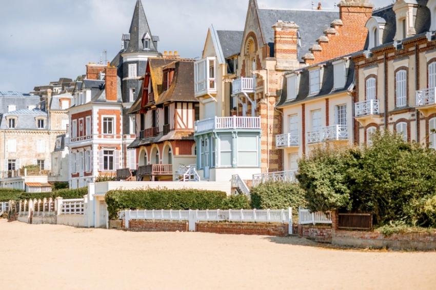 maisons colorees en bord de mer a deauville
