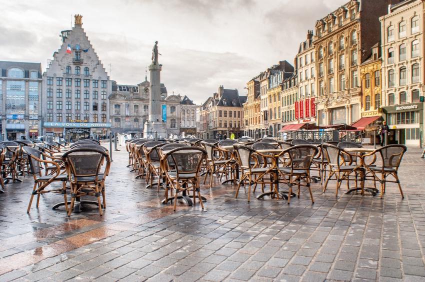 terrasse dun restaurant sur la place du général de gaulle