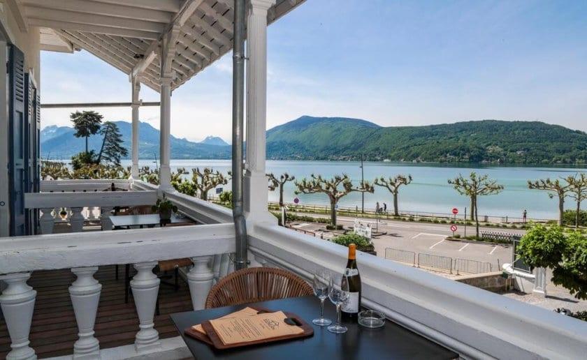 une terrasse avec vue sur le lac dannecy