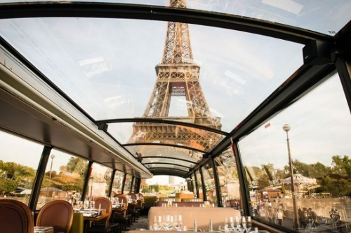 dejeuner-dans-un-bus-en-visitant-paris