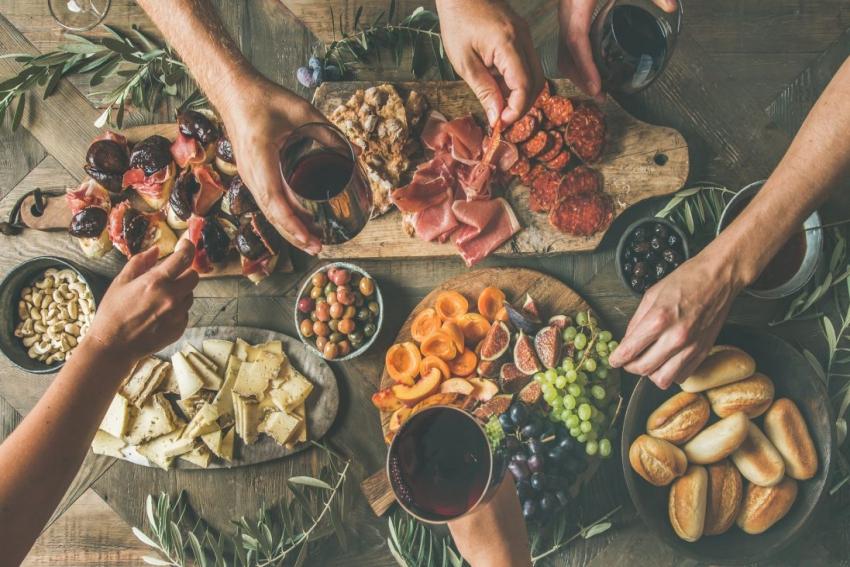 planche aperitif charcuterie vin fromage evjf