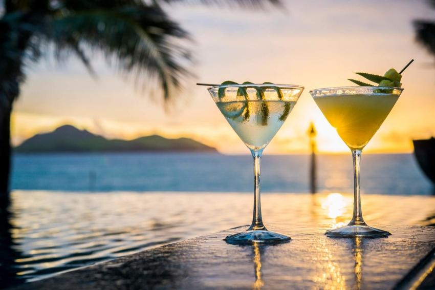 aperitif cocktail au coucher de soleil
