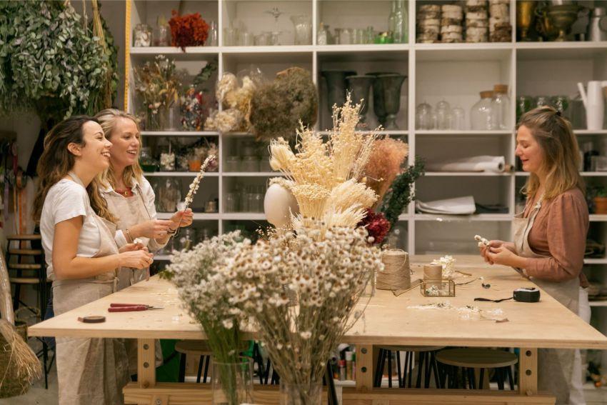 atelier realisation de couronnes de fleurs entre copines