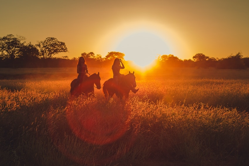 balade a cheval au coucher du soleil entre copines a la rochelle