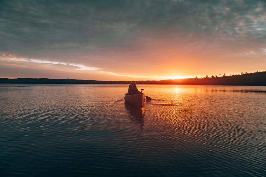 balade en canoe sur la mer entoure de la foret au coucher de soleil
