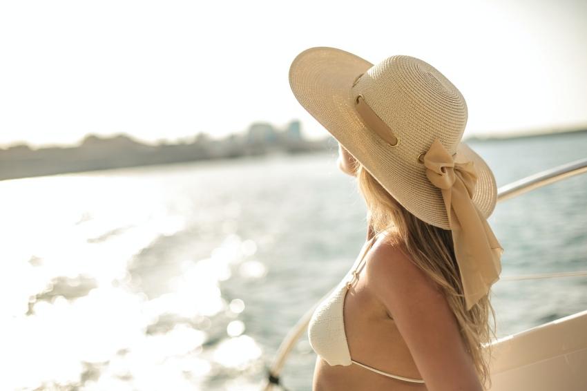 femme qui regarde l horizon sur un bateau en mer