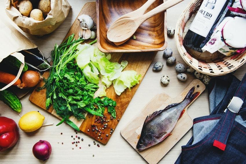 ingredients pour cuisiner poisson salade citron oignon vin tablier
