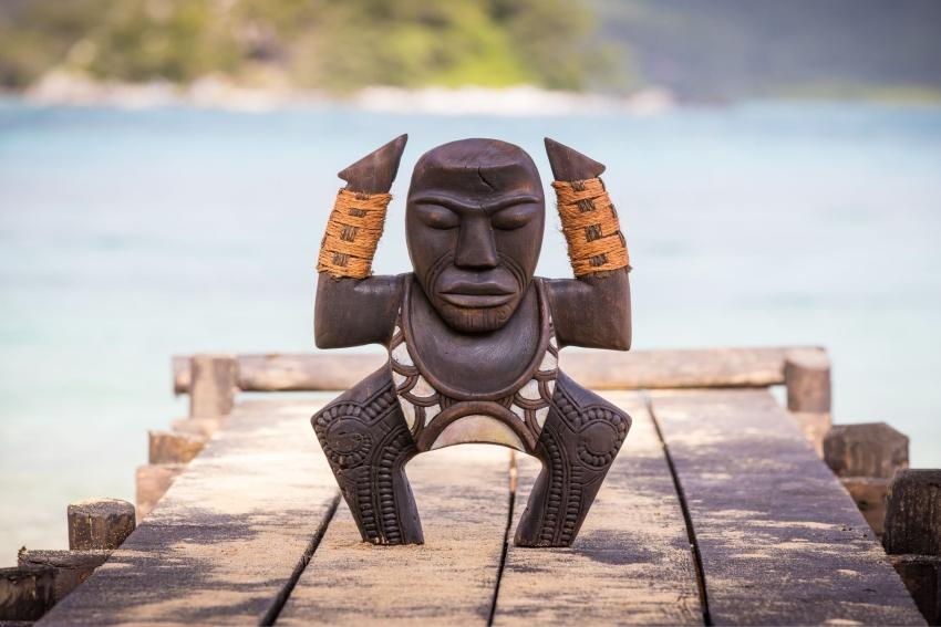 le totem de koh lanta sur un ponton de bois