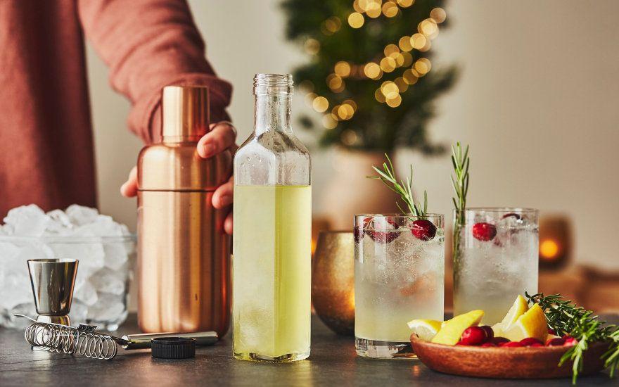 personne qui prepare des cocktails pendant la periode de noel