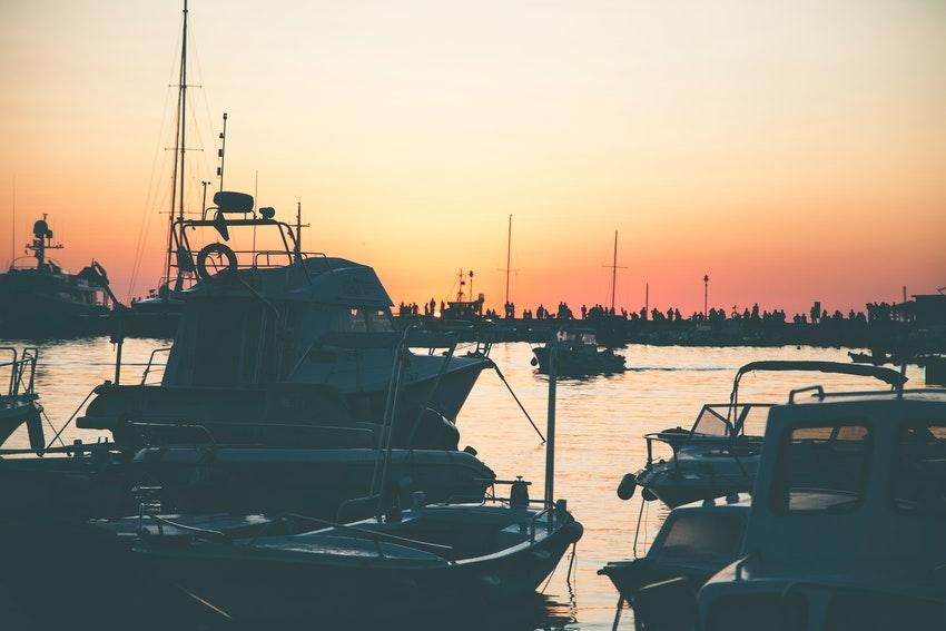 port avec bateaux coucher de soleil