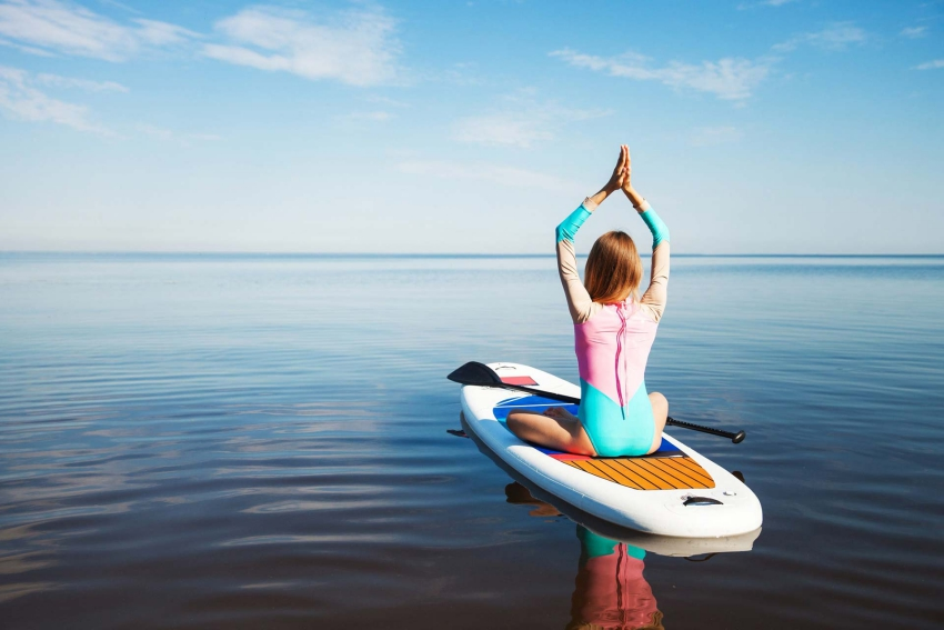 cours de yoga sur un paddle