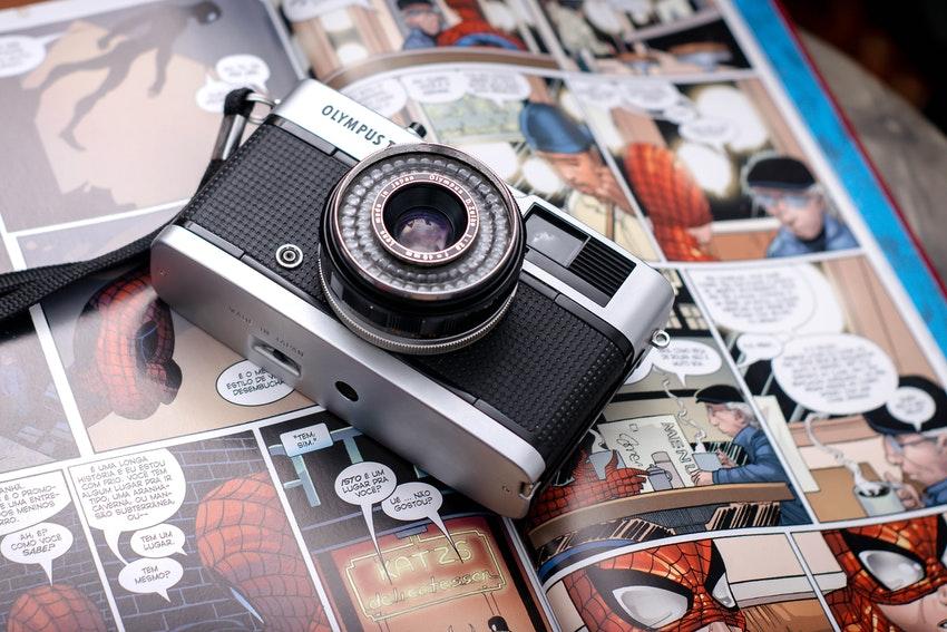 appareil photo pose sur bande dessinee de spiderman