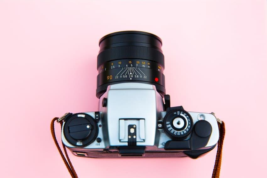 appareil photo pose sur un fond rose