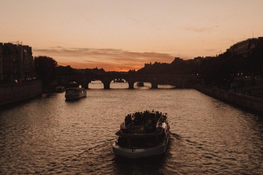 bateau mouche sur la seine a paris au coucher du soleil