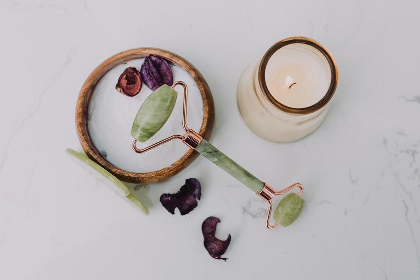 bougie allumee et rouleau avec pierre de jade