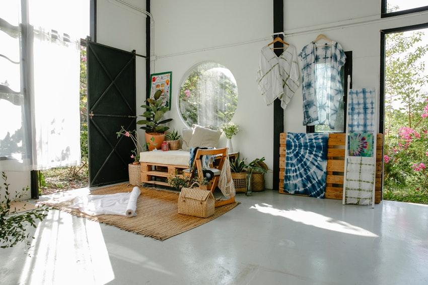 bureau exposition dans un hangar amenage avec plantes tables bureau