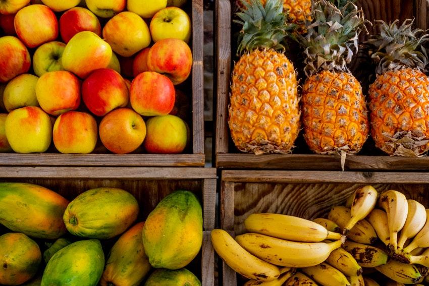 caisses de fruits ananas banane mangue