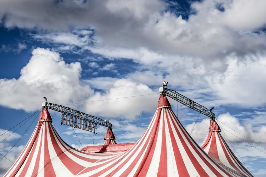 chapiteau dun cirque avec ciel nuageux