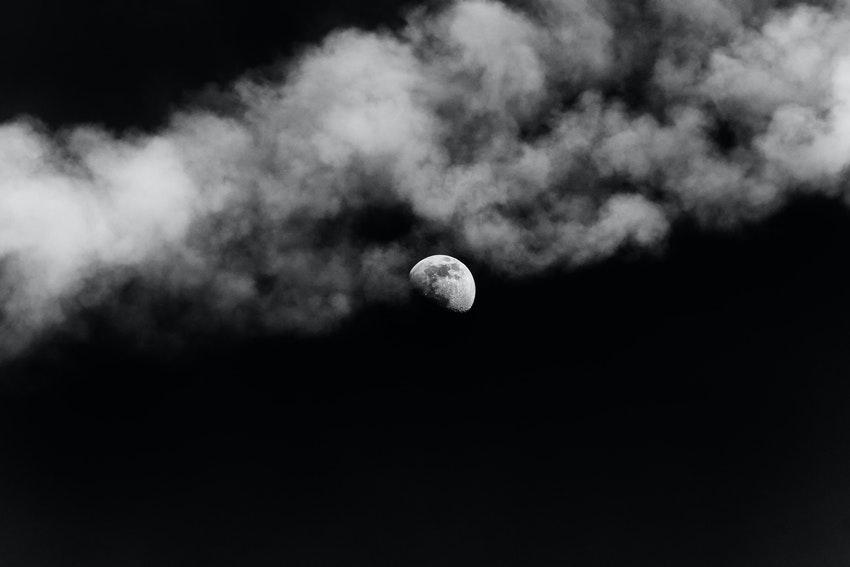 ciel noir lune eclairee et nuages