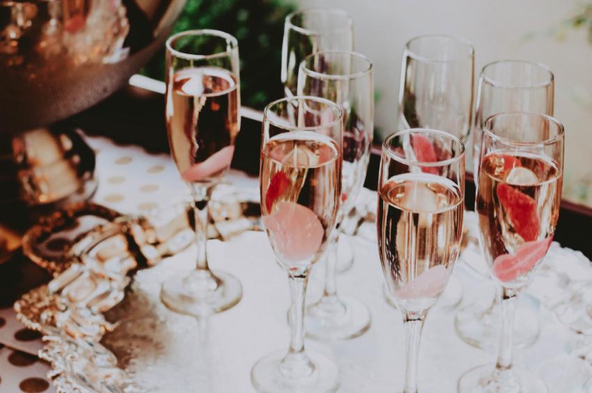 coupes de champagne sur plateau dargent