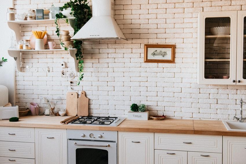 cuisine avec pierres blanches et plan de travail en bois