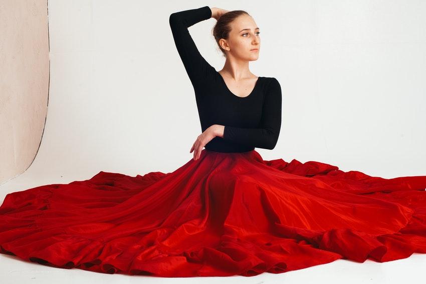 danseuse de flamenco en robe noire et rouge
