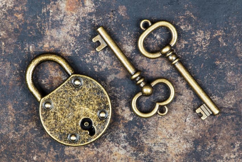 deux clefs dorees et cadenas ferme