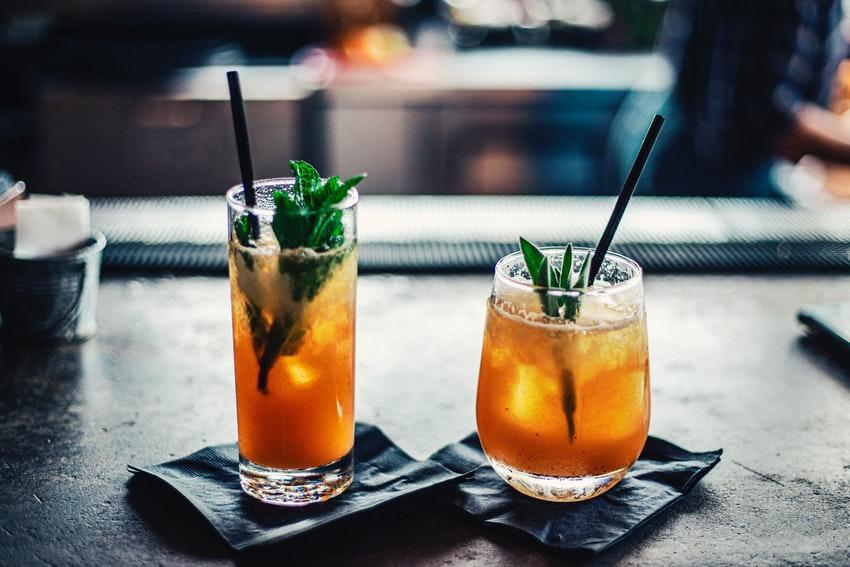 deux cocktails sur un comptoir