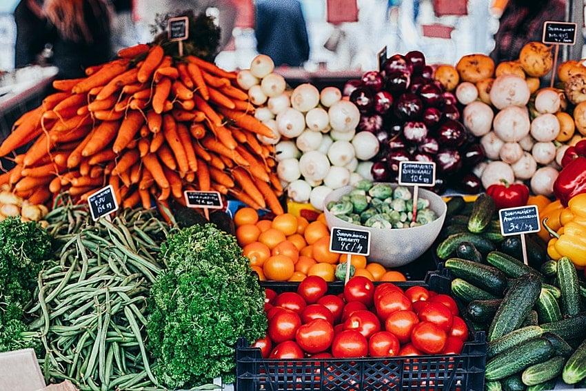 etalage sur fruits et legumes sur le marche