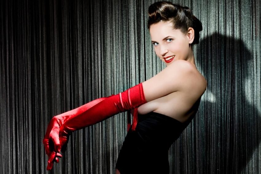 femme danseuse burlesque avec gants en satin rouge