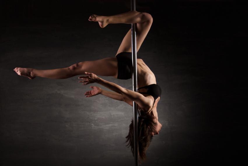 femme qui fait de la pole dance