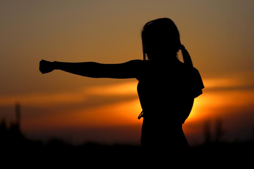 femme qui sentraine au coucher du soleil