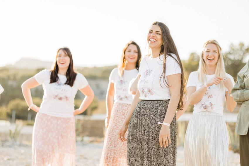 femmes en jupes a fleurs qui rigolent