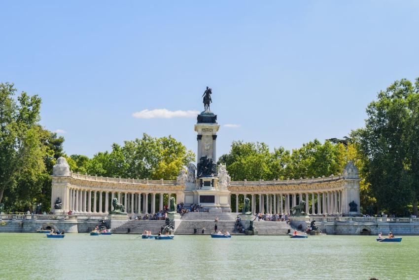 grand monument au bord du lac du parc el retiro a madrid en espagne