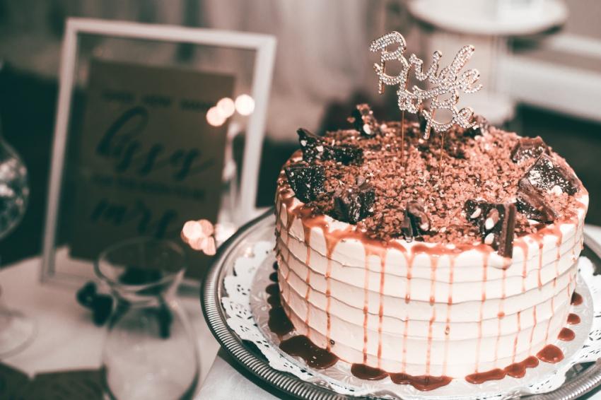 gros gateau de fete au chocolat avec inscription bride to be