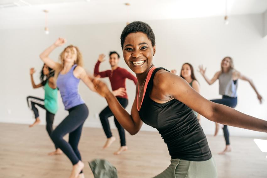 groupe de filles qui dansent de la zumba dans une salle de danse